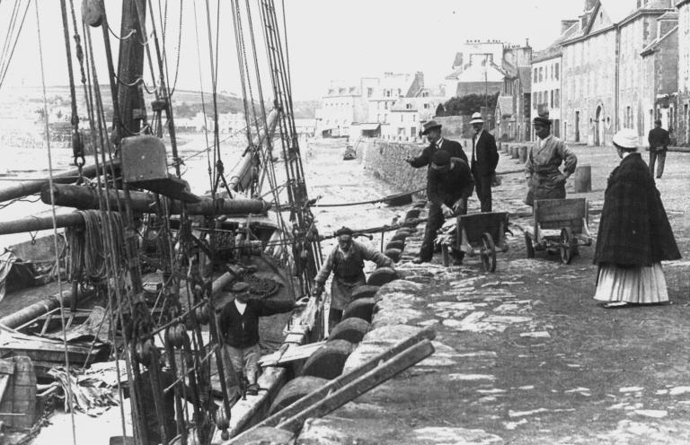 Goélette amarrée au quai Jean Bart
